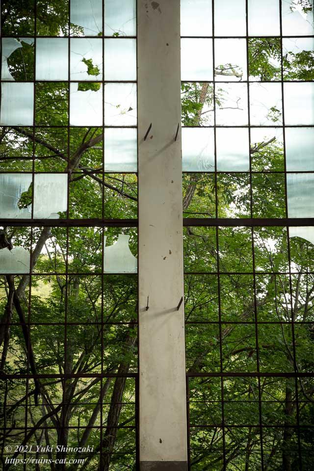 旧和賀川水力発電所のステンドグラス作品のような窓