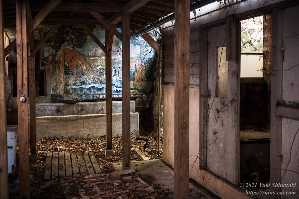 渡り廊下。奥には昭和48年度の卒業制作(草をはむキリンのモザイク作品)が見える。