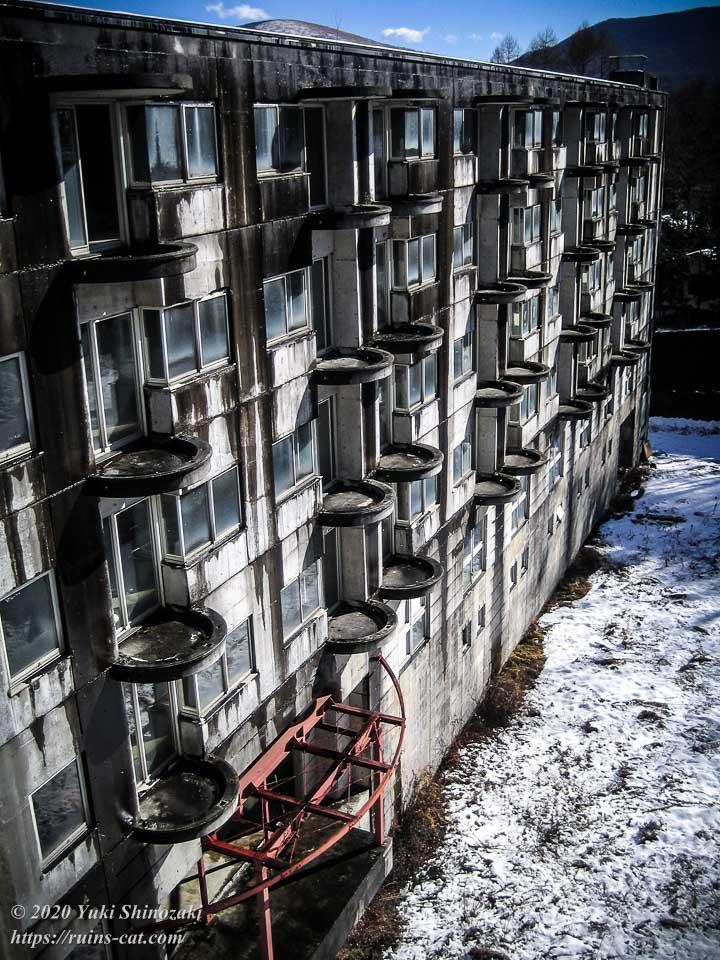 山中湖リゾートホテル(廃墟) 最上階から本館を見た眺め