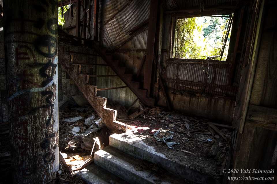 2階へと続く階段の入口付近