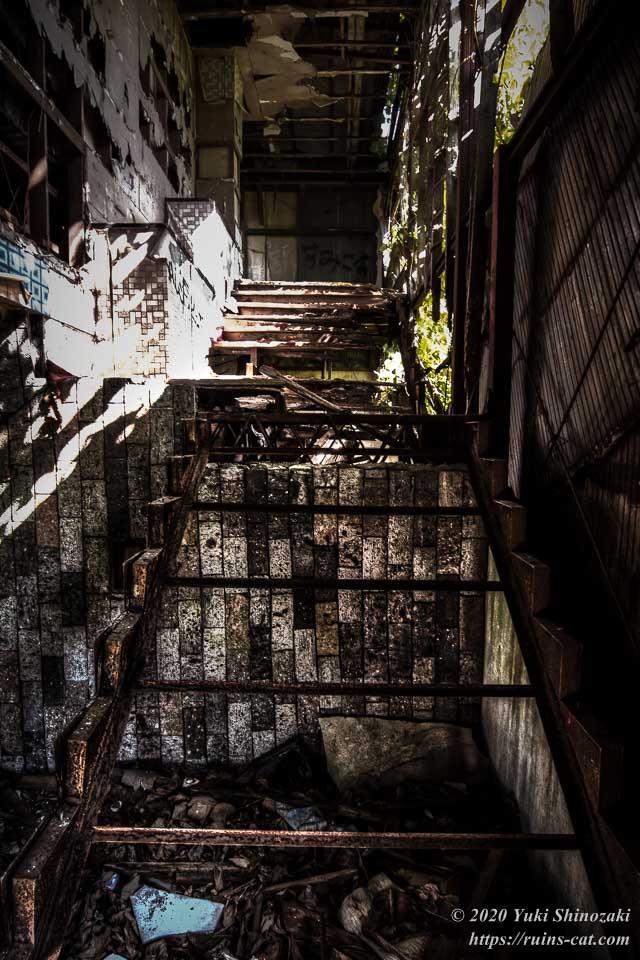 2階へと続く階段は、ほぼ骨組みだけになってしまっている