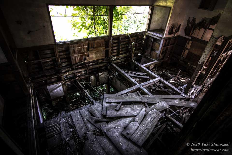 2階の奥の部屋は床が完全に抜けている