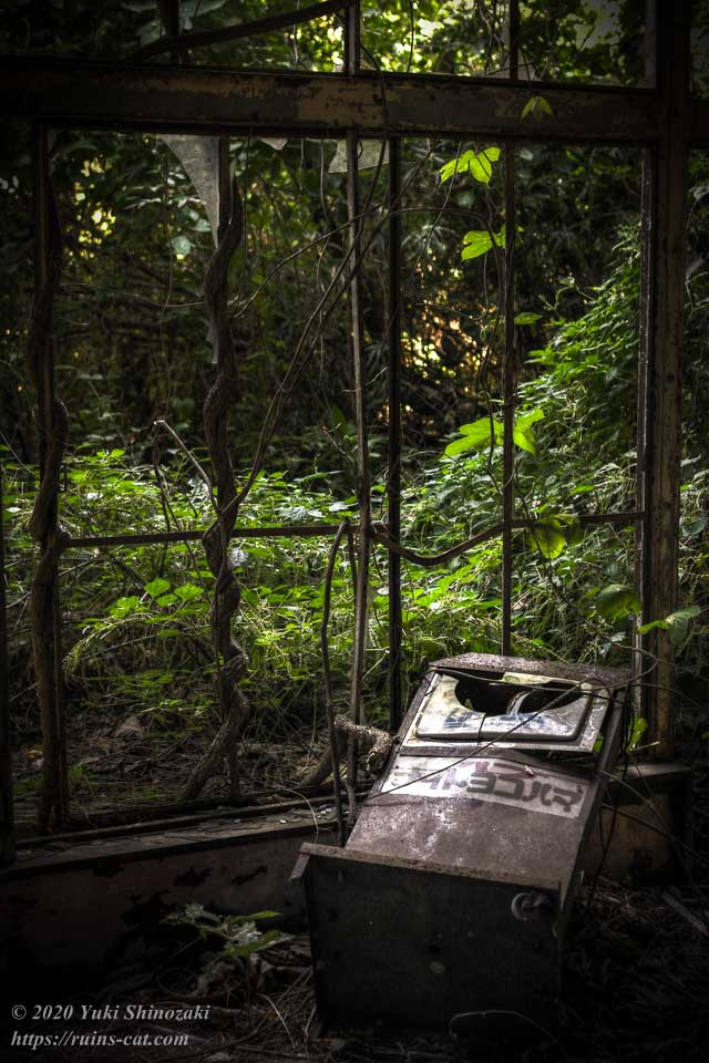 1階ホールの端の窓際に残されていた看板