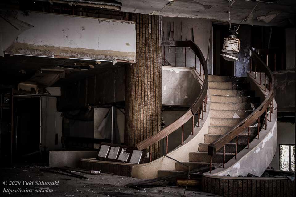 日本BE研究所 桑原研修所(首の家) サーキュラー階段のあるエントランスホール