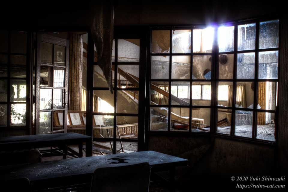 ミーティングルームの中からエントランスホールを望む