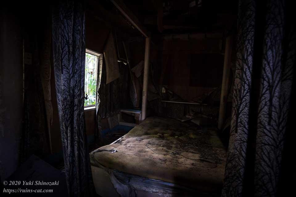 ホテル江戸城の洋室3号室「万里小路(までのこうじ)」。万里小路は公家の名家だが、内部のベッドはなぜか西洋風である。