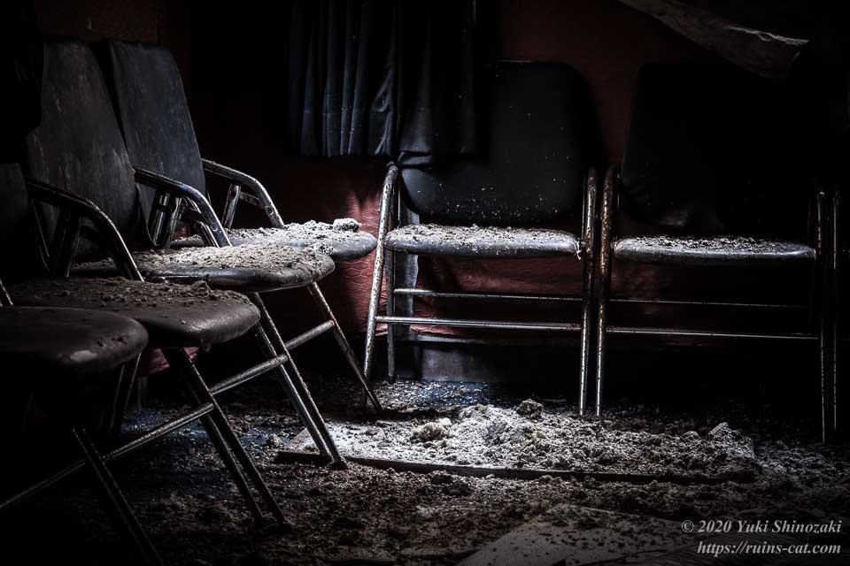 日本BE研究所 桑原研修所(首の家) 激詰め部屋のパイプ椅子