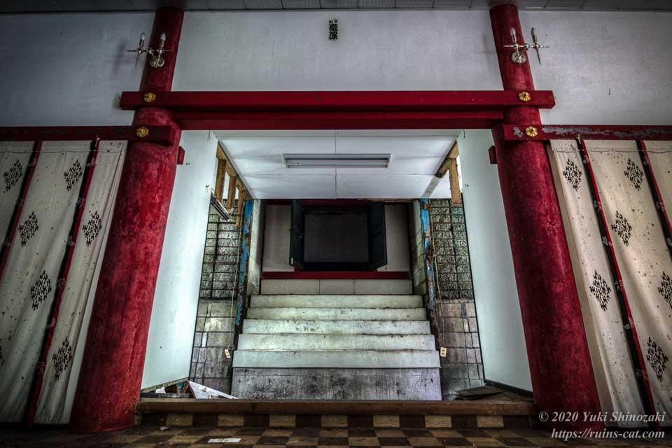 武尊神社(呪いの廃神社) 拝殿内 奥には正殿が見える