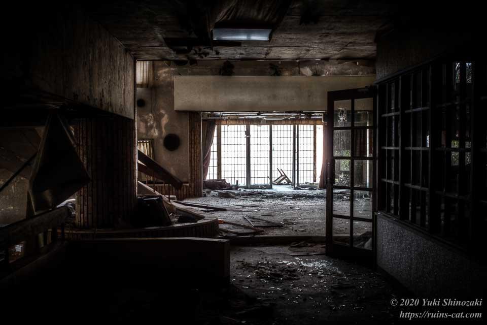 ミーティングルームの横からエントランスホールを望む