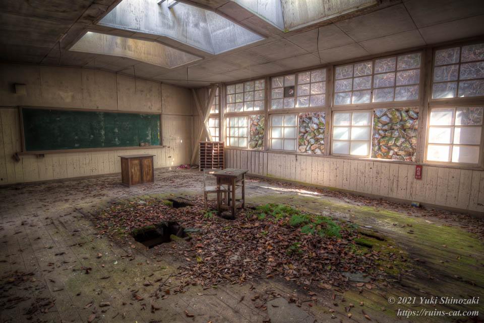 小倉沢小中学校 3階 天窓のある教室