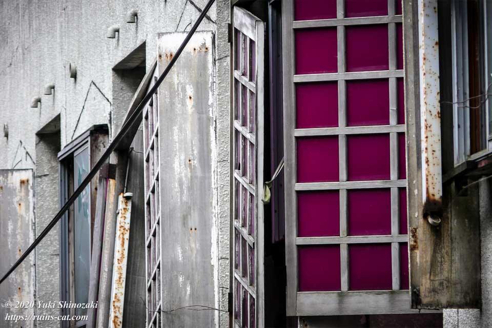国道18号線側から見えるホテルセリーヌの紫色の格子状の窓。今にも落下しそうだ。