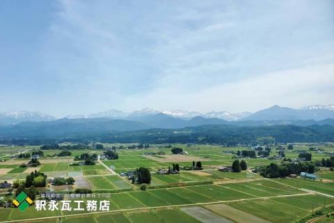 立山町の黒瓦屋根の散居村と立山連峰