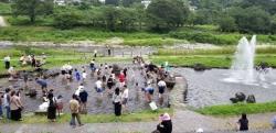 利根川近くの水遊びコーナー