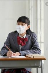 制服JKのマスクとパンツは純白。