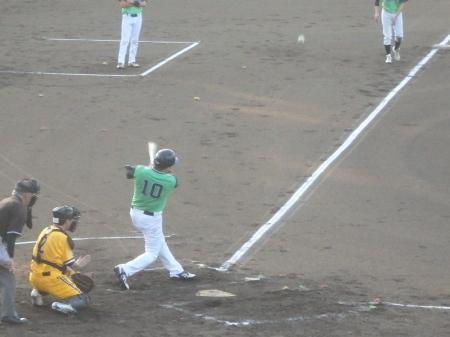 P7315237コスギ2回表2死三塁から3番が左越え2点本塁打を放つ