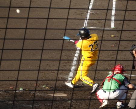 P7315274丸乃屋P23回裏1死一塁から4番が右中間二塁打を放ち、二、三塁と反撃のチャンス