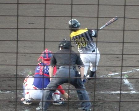 P8015410Big連 4回裏この回トップの2番中川雅が左前二塁打を放つ 遊撃手がバックして捕ろうとしたが、レフトとの間に落ちた