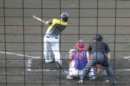 P8015418次の4番藤森が期待通り、左翼フェンス直撃の二塁打を放ち2点先制