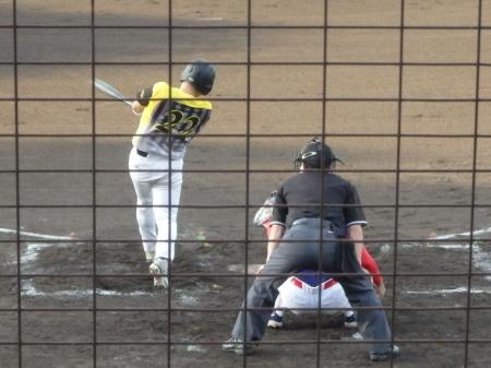 P8015427 続く6番の原口も僚がダメ押しとなる左越え二塁打を放ち3点目