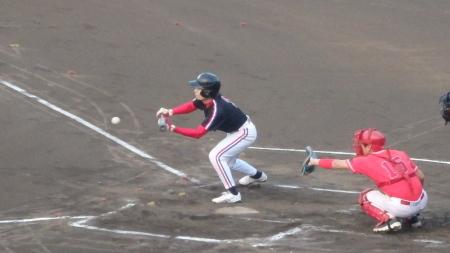P8045619上村内科1回裏無死一、二塁から3番松田が送りバントこれが三塁内野安打となり無死満塁