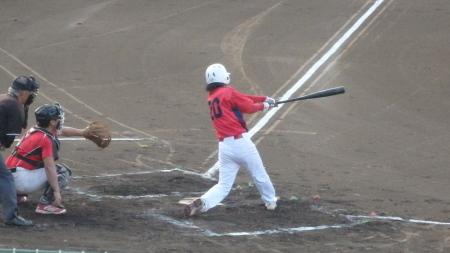 P8060037伊勢造園B2回裏1死二塁から7番が右越え二塁打を放ち1点先制