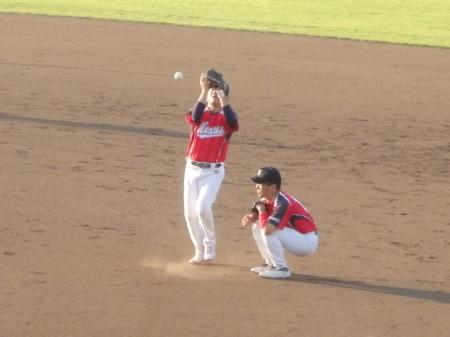P8060084ところが太陽が目に入ったか二塁手が落球 1点追加
