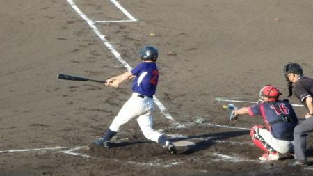 P8120532熊本市教組4回裏1死一、二塁から6番が左前打を放ち2対2の同点にする