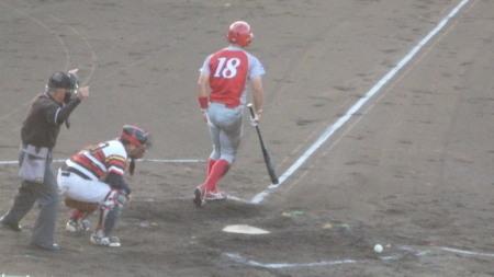 P8130634トウヤA2回表2死満塁から4番が死球で押し出し、1点追加