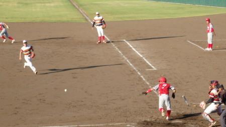 P8130692トウヤA5回表無死一、二塁から3番が送りバントで1死二、三塁