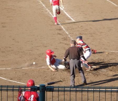 P8130700三ゴロを捕ったサードが本塁へ送球 サードの本塁送球エラーなのか野選なのかわかりませんがセーフ