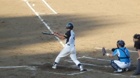 P8140820市四五会4回表1死二塁から4番が右前打を放ち一、三塁