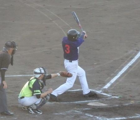 P8150943熊本市教組2回裏無死一塁から6番は中前打だったが、一走が足を負傷しており走れず、センターがセカンドへ送球され封殺された