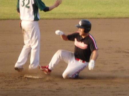 P8171162上村内科3回裏2死から2番が右中間二塁打を放ち二塁へ滑り込む