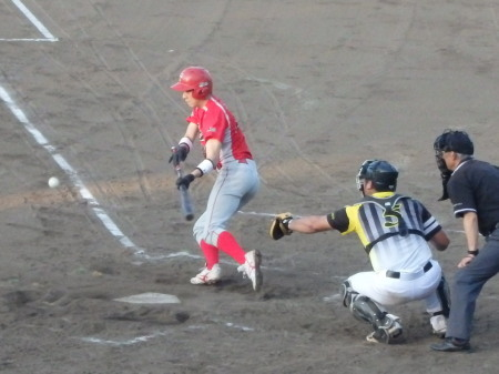 P8181275トウヤ3回裏無死一塁から1番がバントヒットで出塁 無死一、二塁とする