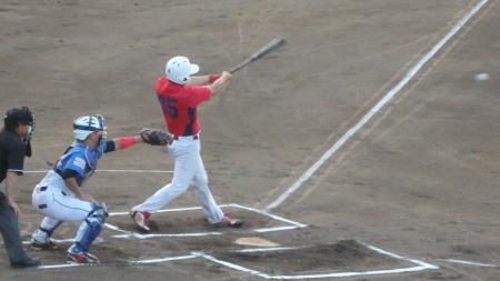 P8191361伊勢造園A1回表1死一塁から3番が中前打を放ち、一、二塁とするも4番、5番が連続三振で先生ならず