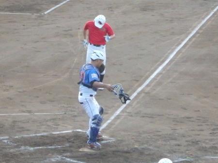 P8191405三走が足を負傷していたようで、足を引きずり名がホームへ、その間一塁から本塁へ送球され、封殺で得点ならず