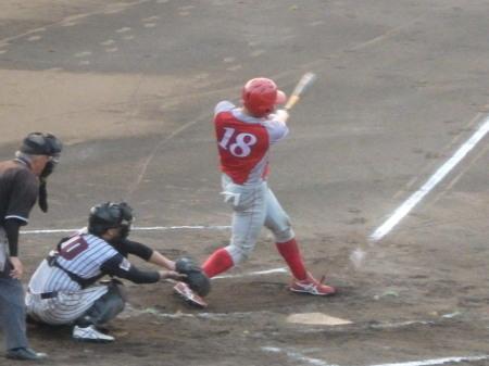 P8211715トウヤ40A2回裏、2死一、二塁から4番が左越え3点本塁打を放つ