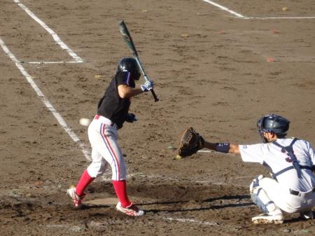 P90125086回裏上村内科1死から1番の野崎が死球で出塁するも後続なし