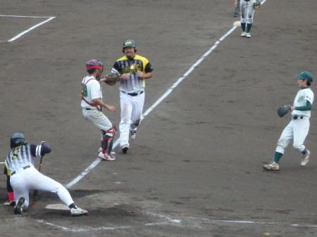 P9042606Big連4回表1死三塁から5番徳永の時、エンドランのサインかボールを外されたため徳永がから振り、3走の藤森が三本間で挟殺