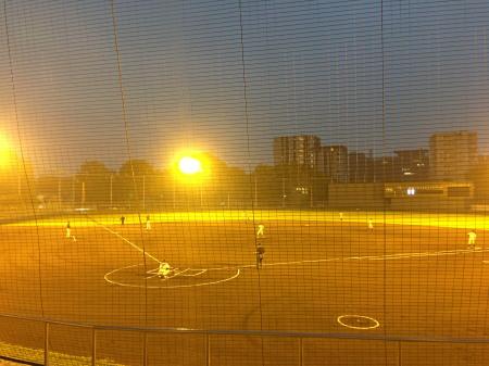 IMG_75515時50分試合開始 写真のようにまだ暗い 試合終了まで点灯したままだった