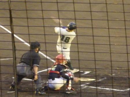 P90928602死一塁から4番が左中間打を放つと熊本信金の中継ミスもあり、一走がが一旦サードに止まったが、一気に生還し1点先制