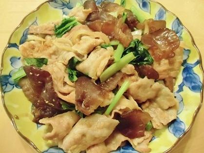 きくらげと豚バラ肉と小松菜の炒めもの