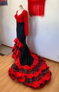 黒地赤花柄バタ