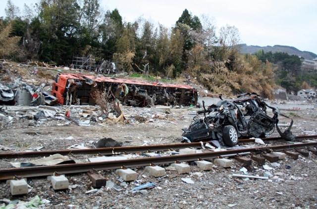 s-②線路脇に流された列車と車
