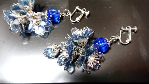 紺色の桜のイヤリング