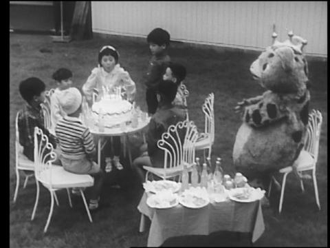 ミー子の誕生パーティーをするブースカたち