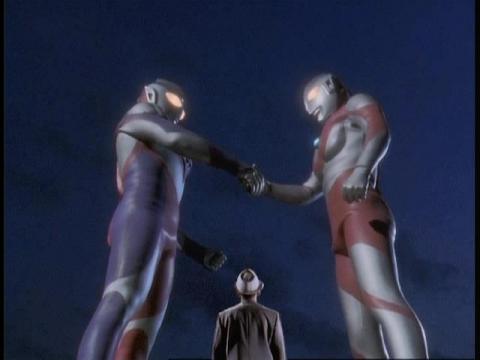 握手を交わすウルトラマンティガと初代ウルトラマン 見上げる円谷英二