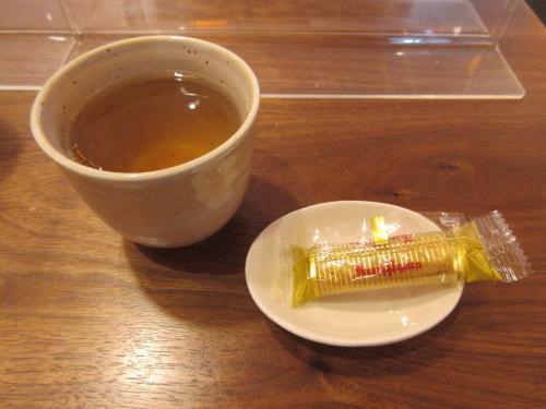 温かいお茶とお菓子