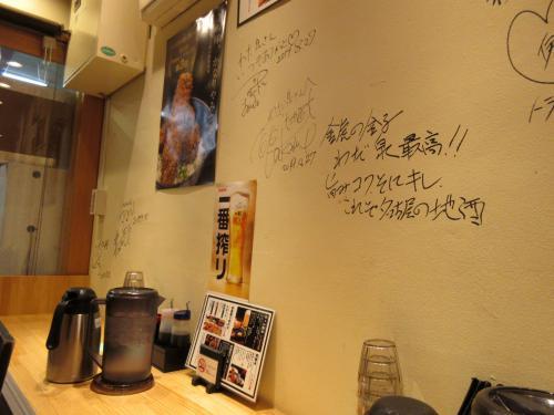 壁にはサインがいっぱい