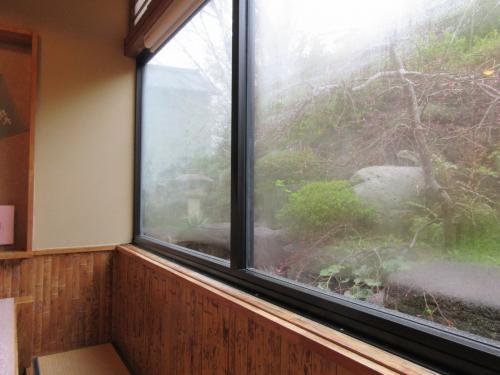窓からは庭園が見えます